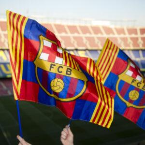 Banderolas de animación en el Camp Nou. (Foto: Álex Caparrós)